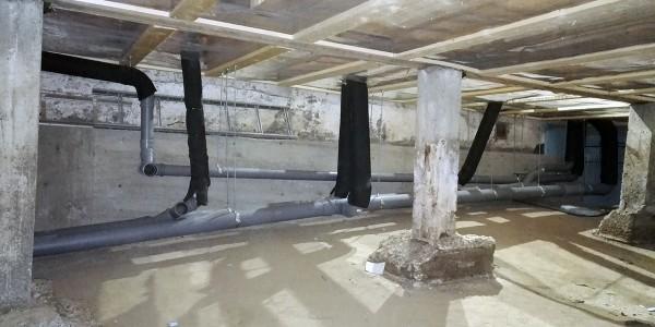 Vanhan hirsitalon pohjaviemäröinnin rakentamista